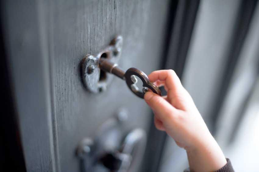 zamena-dvernogo-zamka-foto-video-kak-zamenit-dvernoy-zamok-svoimi-rukami-9