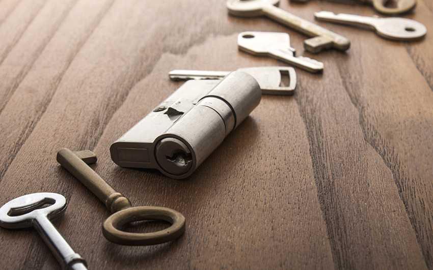zamena-dvernogo-zamka-foto-video-kak-zamenit-dvernoy-zamok-svoimi-rukami-10