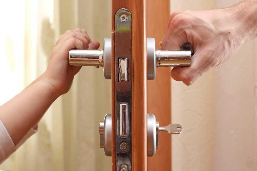 zamena-dvernogo-zamka-foto-video-kak-zamenit-dvernoy-zamok-svoimi-rukami-20