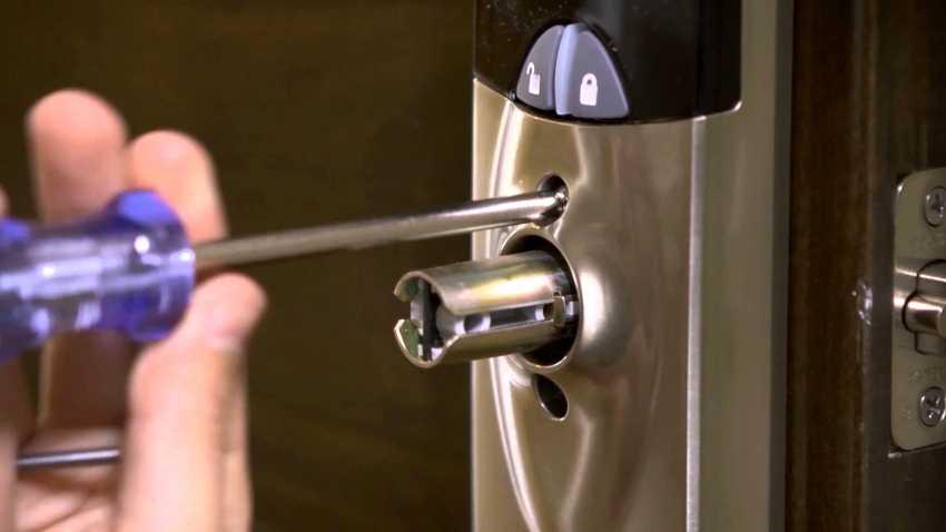zamena-dvernogo-zamka-foto-video-kak-zamenit-dvernoy-zamok-svoimi-rukami-4