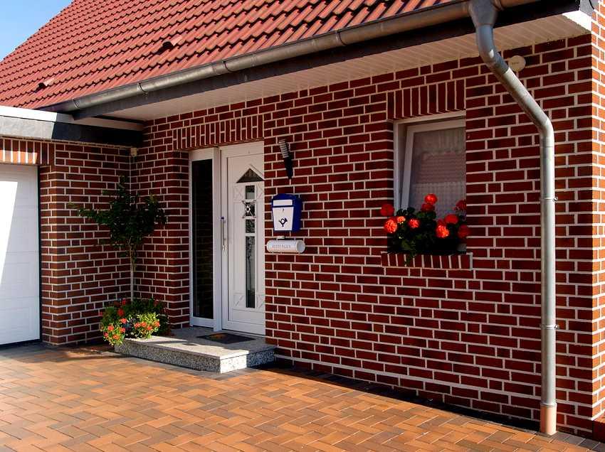 fasadnye-paneli-foto-video-otdelka-doma-panelyami-pod-kirpich-3