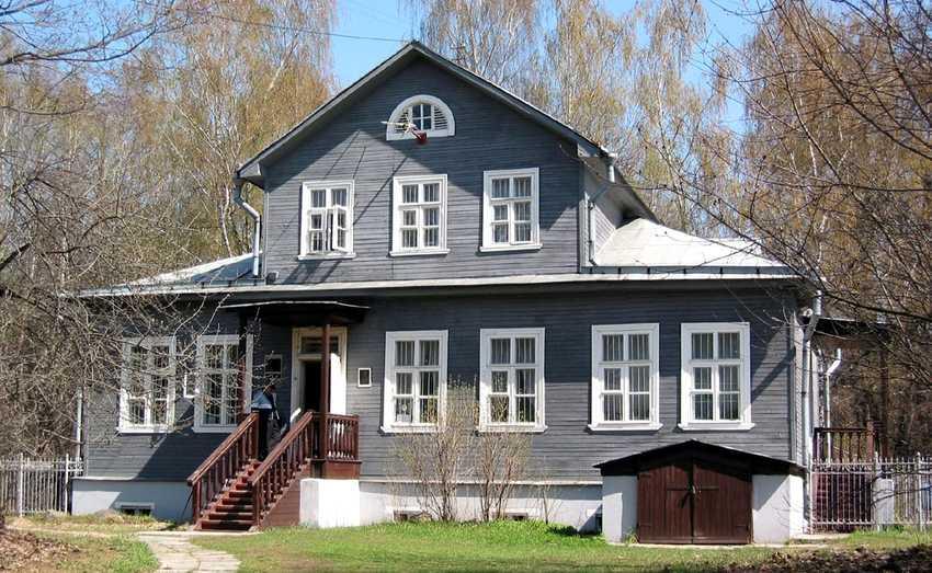 dom-s-mezoninom-foto-video-osobennosti-domov-s-czentralnoj-nadstrojkoj-7