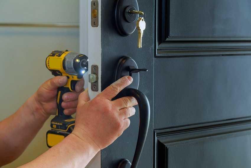 nakladka-na-vhodnuyu-dver-foto-video-raznovidnosti-dekorativnyh-panelej-15
