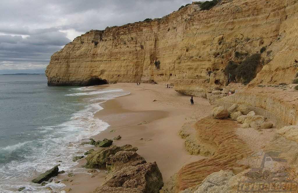 Морской песок состоит из разрушенных горных пород, прочных минералов и останков живых организмов.
